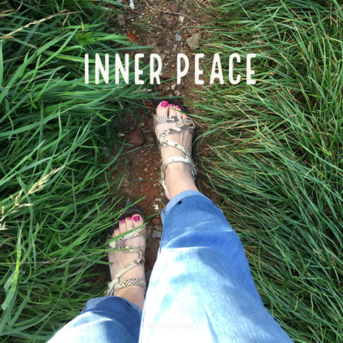 wandelen op sandaaltjes in het lange groene gras